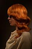 Mulher 'sexy' com cabelo encaracolado vermelho fotos de stock