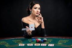 Mulher 'sexy' com cartões do pôquer imagens de stock royalty free