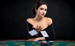 Mulher 'sexy' com cartões do pôquer imagem de stock