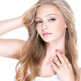 Mulher 'sexy' com olhos azuis e cabelo encaracolado longo Imagens de Stock Royalty Free