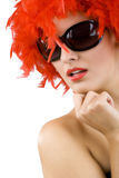 Mulher 'sexy' com a peruca e os óculos de sol vermelhos da pena Fotos de Stock Royalty Free