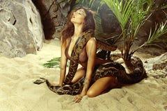 Mulher 'sexy' com uma serpente na praia Fotos de Stock