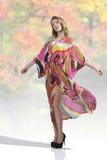 Mulher 'sexy' com vestido colorido Imagens de Stock