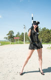 A mulher 'sexy' da polícia em mostras de estrada para o gesto Fotografia de Stock Royalty Free