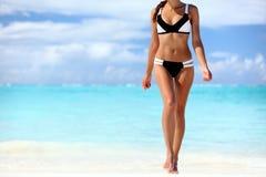 Mulher 'sexy' do corpo do bronzeado do biquini que relaxa na praia fotografia de stock