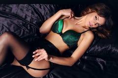 Mulher 'sexy' do encanto com o cabelo escuro que veste a roupa interior elegante do laço Fotos de Stock