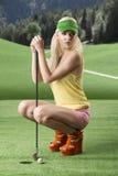 Mulher 'sexy' do jogador de golfe dobrada para baixo Fotos de Stock