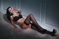 Mulher 'sexy' do vampiro que coloca no assoalho Fotografia de Stock