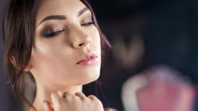 Mulher 'sexy' elegante da beleza encaracolado do retrato que levanta olhando o close-up da câmera filme