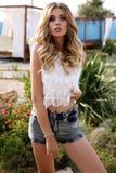 Mulher 'sexy' lindo com cabelo louro na roupa ocasional Fotografia de Stock Royalty Free