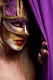 Mulher 'sexy' na máscara violeta do partido imagens de stock