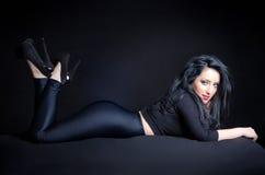 Mulher 'sexy' na pose provocante Imagens de Stock