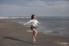 Mulher 'sexy' na praia que sorri e que aprecia um ensolarado foto de stock royalty free