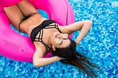 Mulher 'sexy' no biquini que aprecia o sol do verão e que bronzea-se durante feriados na associação com cocktail Vista superior M fotos de stock