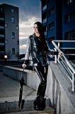 Mulher 'sexy' no couro e no Raincoat Imagens de Stock Royalty Free