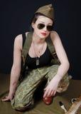 Mulher 'sexy' no levantamento do uniforme militar Imagens de Stock Royalty Free