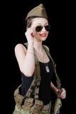 Mulher 'sexy' no uniforme militar que levanta contra o fundo preto Imagem de Stock