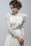Mulher 'sexy' no vestido branco imagens de stock