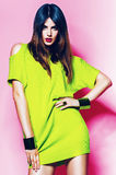Mulher 'sexy' no vestido verde de néon com bordos cor-de-rosa Fotos de Stock Royalty Free