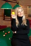 Mulher 'sexy' nova com esferas de bilhar Foto de Stock