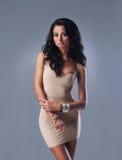 Mulher 'sexy' nova do ajuste na roupa interior agradável sobre o cinza Imagem de Stock