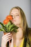 A mulher 'sexy' nova do verão com margarida alaranjada floresce Imagem de Stock Royalty Free