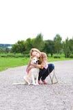 Mulher 'sexy' nova que joga com filhote de cachorro Imagem de Stock Royalty Free