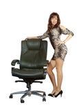 Mulher 'sexy' que está com poltrona do escritório Imagens de Stock