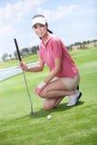 Mulher 'sexy' que guarda clubes de golfe Imagem de Stock