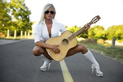 Mulher 'sexy' que joga a guitarra Fotos de Stock Royalty Free