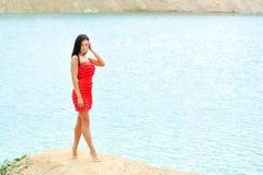 Mulher 'sexy' que levanta em uma praia Foto de Stock Royalty Free