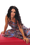 Mulher 'sexy' que levanta no Footstool fotografia de stock royalty free