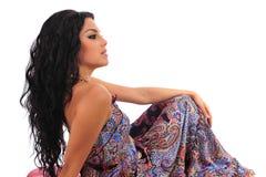 Mulher 'sexy' que levanta no Footstool fotos de stock