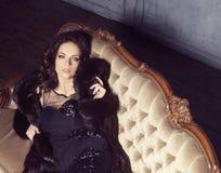 Mulher 'sexy' que levanta no vestido no interior do vintage fotos de stock royalty free