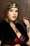 Mulher 'sexy' que veste uma coroa em um castelo medieval Fotos de Stock