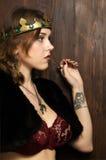 Mulher 'sexy' que veste uma coroa em um castelo medieval Fotografia de Stock Royalty Free