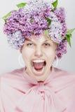 Mulher Shouting. Retrato de flores da mola. Fotos de Stock