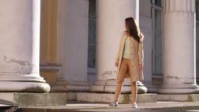 A mulher Sightseeing admira a arquitetura do palácio video estoque
