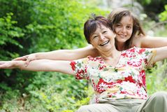 Mulher sênior ativa com filha Fotografia de Stock Royalty Free