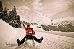 Mulher sênior no sledge que tem o divertimento Fotos de Stock Royalty Free