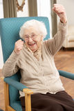 Mulher sênior que comemora Fotos de Stock Royalty Free
