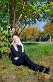 Mulher sob a árvore de cinza da montanha Imagem de Stock