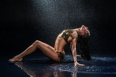 Mulher sob a chuva. Imagem de Stock