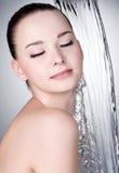 Mulher sob o córrego da água Fotografia de Stock