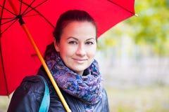 Mulher sob o guarda-chuva vermelho Fotografia de Stock