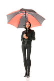 Mulher sob o guarda-chuva vermelho e preto Fotografia de Stock Royalty Free