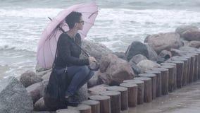 Mulher sob um guarda-chuva video estoque
