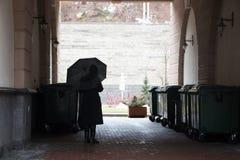 Mulher sob um guarda-chuva em um arco escuro foto de stock royalty free