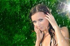 Mulher sob uma chuva do verão fotos de stock royalty free