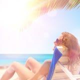 Mulher sob uma palmeira Imagem de Stock